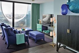 В стеклянной квартире работы Кейт Хьюм в доме-опере Elbphilharmonie в Гамбурге доминирует бирюзовый цвет
