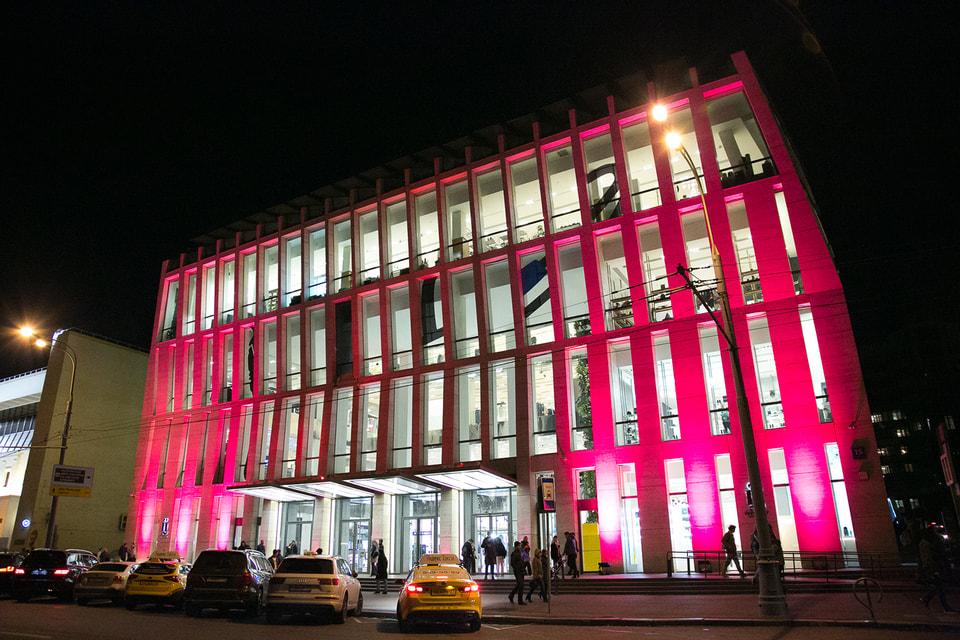 Чтобы привлечь внимание общественности к кампании против рака груди, Estee Lauder Companies ежегодно подсвечивает розовым цветом здания по всему миру