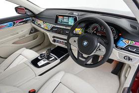 Салон BMW 750Li Individual украшен изнутри яркими узорами и живописным   орнаментом, характерным для искусства южноафриканского народа ндебеле