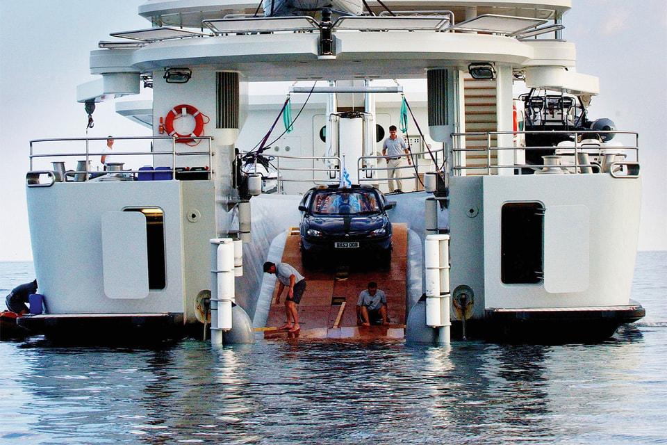 Спуск автомобиля-амфибии с яхты Гиббса