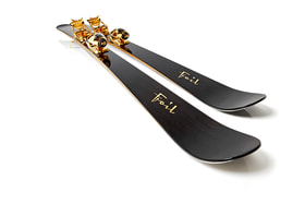 Лыжи Oro Nero Gold Skis выполнены из 8000-летнего мореного дуба, а элементы креплений и палок – из золота