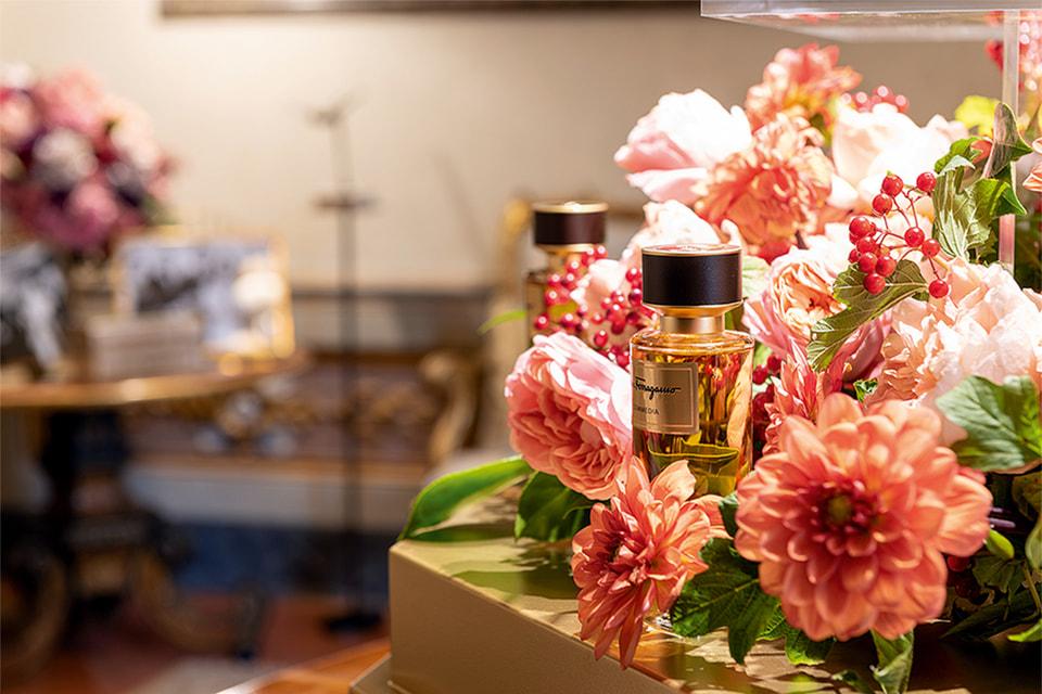 Особая цветочная композиция дополняет презентацию аромата