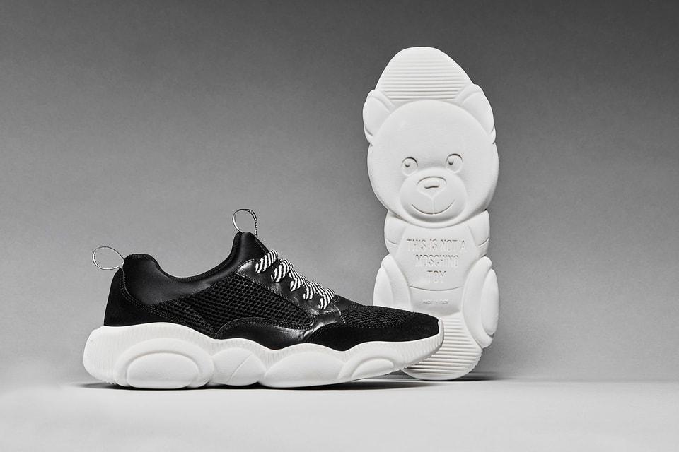 Кроссовки Teddy Shoes. Справа - подошвы в форме медвежонка