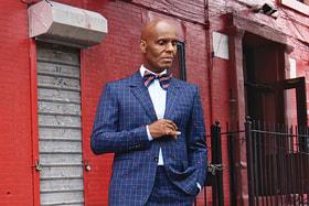 Портной Дэниэл «Аккуратный Дэн» Дей позирует в одежде Gucci Men's Tailoring на улицах родного Гарлема, неподалеку от своего знаменитого ателье-магазина, который при поддержке Gucci вскоре откроется вновь