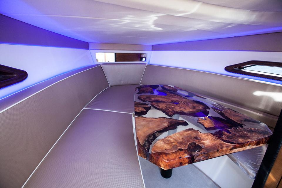 Отдельные предметы интерьера сделаны из дерева возрастом более 45 тыс. лет