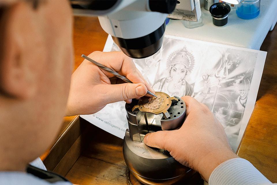 В мастерской художественных ремесел на мануфактуре Blancpain процесс декорирования циферблата начинается с эскиза и заканчивается миниатюрным шедевром
