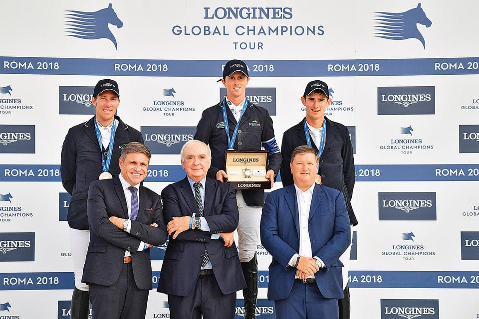 Победитель римского этапа Longines Global Champions Tour 2018 Бен Махер получил из рук президента бренда Вальтера фон Кенеля часы Longines Conquest Jumping