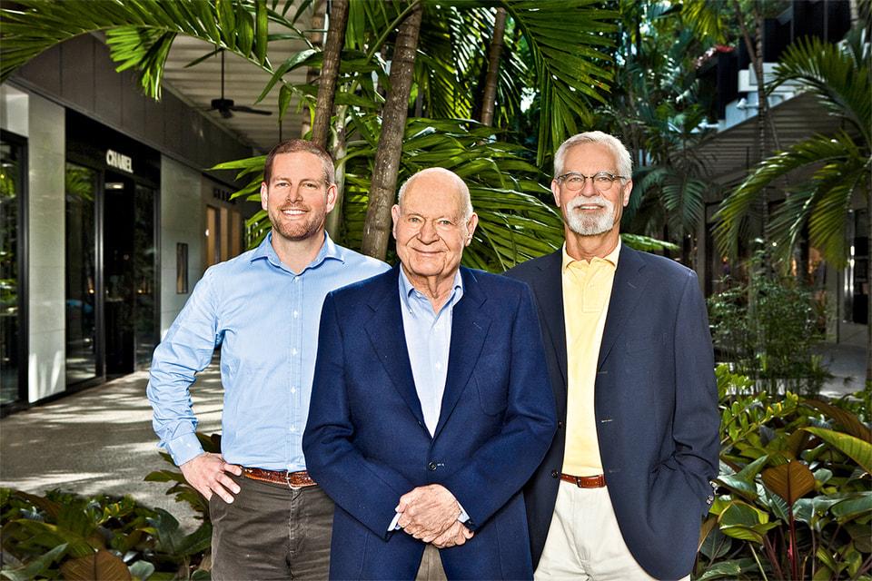 Основатель Bal Harbour Shops Стенли Уитман с сыном Рендаллом (справа) и внуком Мэттью (слева)