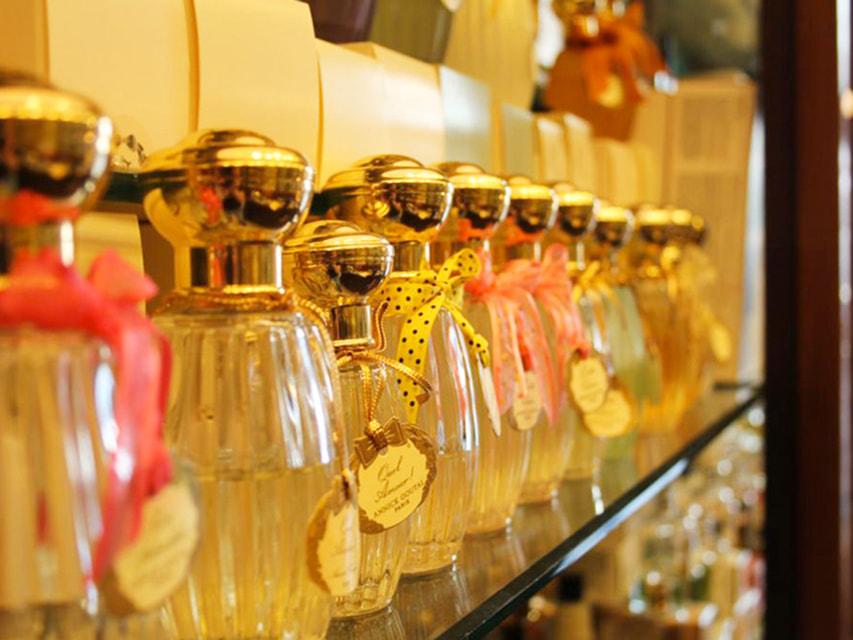 Витрина с парфюмерией в магазине J.B. Filz
