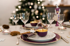 Декор стола и особый сервиз – по случаю Рождества