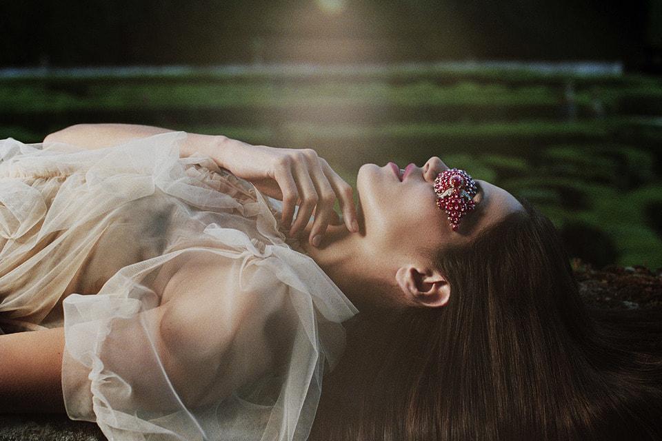 В книге The Perfume of Gems рассказывается о связи драгоценных камней и ароматов