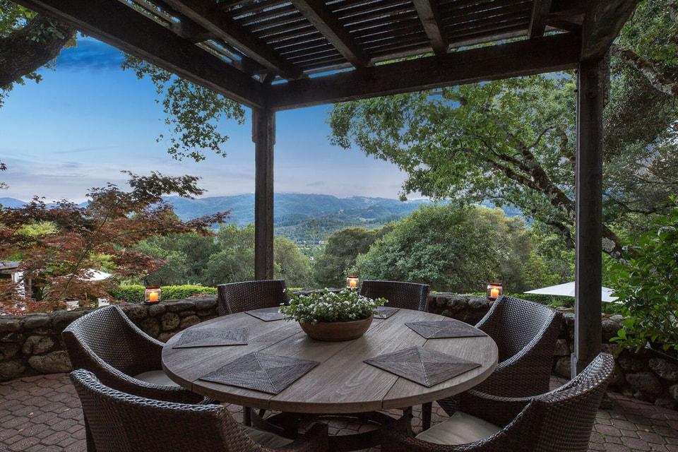 Беседка с видом на окружающие дом лесные массивы