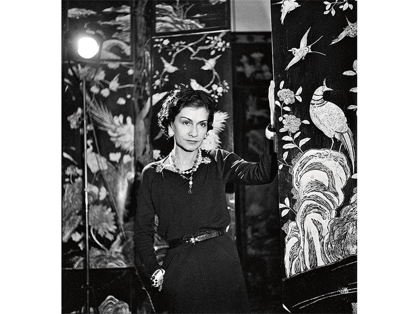 Коко Шанель на фоне одной из своих 32 коромандельских ширм в квартире на рю Камбон