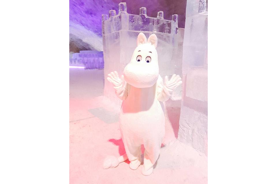 Муми-тролль на фоне фигур из льда