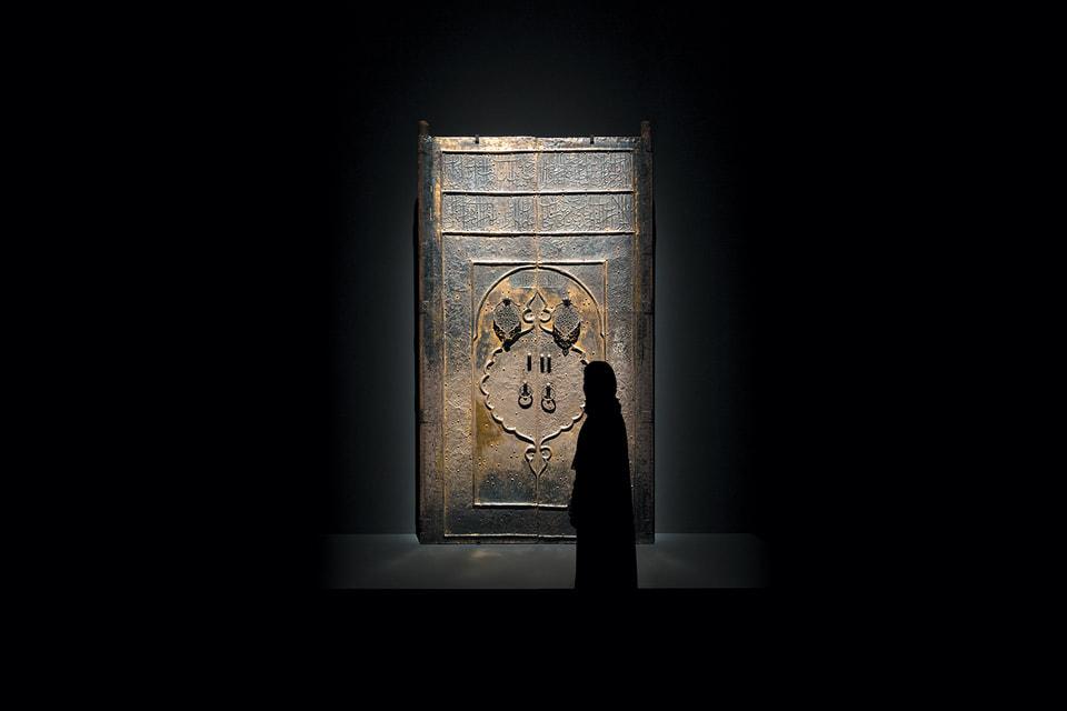 Центральный экспонат зала, посвященного религиозному паломничеству — кованая дверь священной Каабы