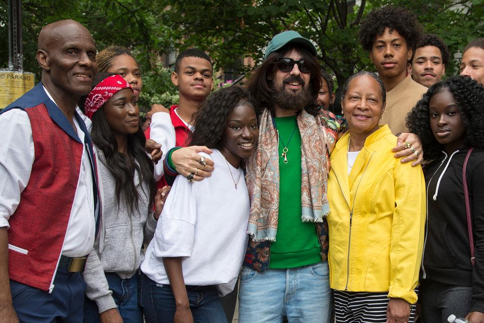 Вчера – конкуренты, сегодня – партнеры: «Аккуратный Дэн» и Алессандро Микеле на съемках кампании Gucci Men's Tailoring в Гарлеме