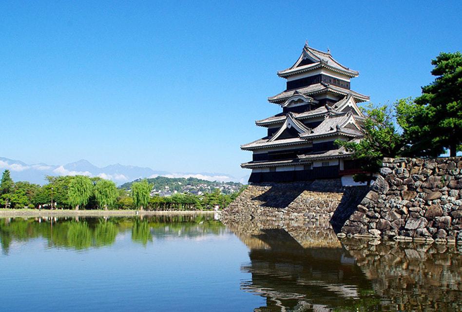 За черный цвет стен и «крылья» боковых башен Мацумото был прозван Замком ворона