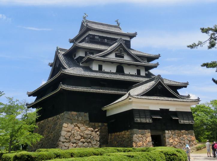 За время своего существования замок Мацуэ потерял множество окружающих его сооружений. Нетронутой оставалась только главная башня.