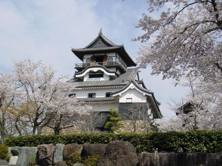 Оригинальный замок был разрушен в 1891 году из-за сильного землетрясения, а нынешний образ - результат многолетней реконструкции с незначительными изменениями