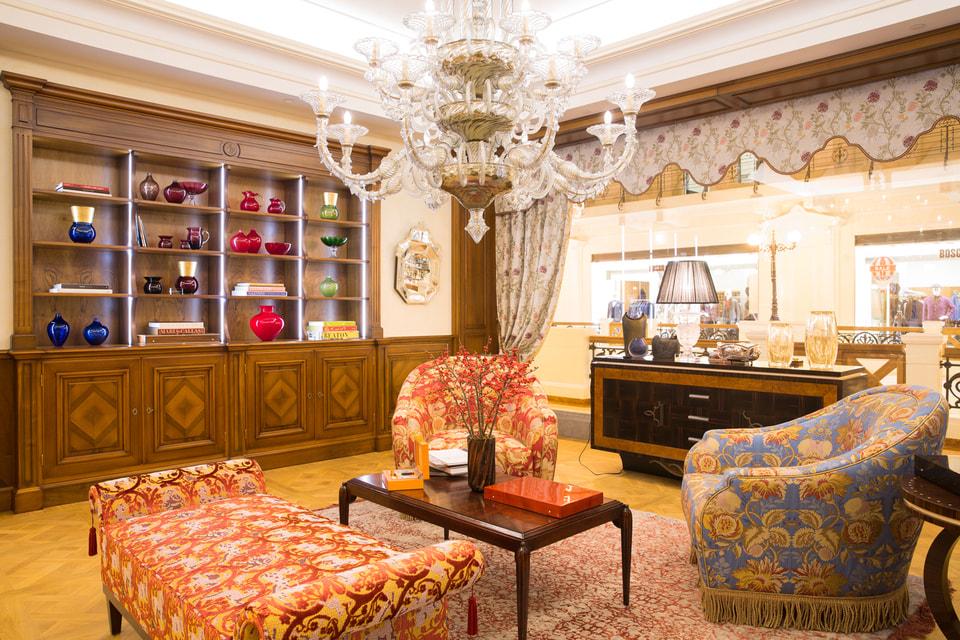 В мультибрендовом магазине разместились коллекции  мебели, аксессуаров, текстиля, посуды, светильников и многое другое