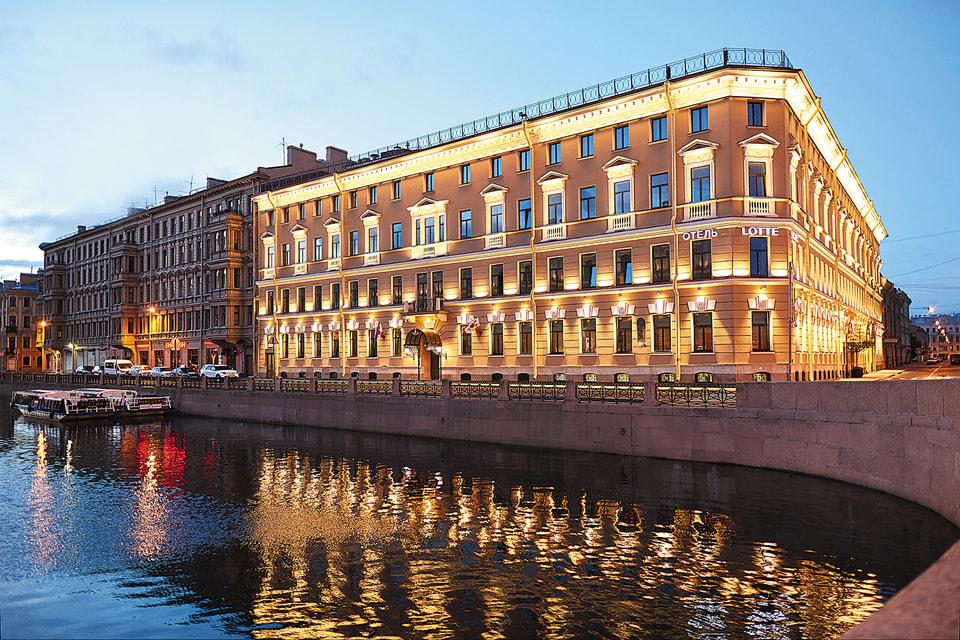 Переулок Антоненко, 2, – престижный петербургский адрес. Через дорогу располагается городской парламент, а с крыши отеля открывается  вид на Исаакиевскую площадь и набережную Мойки