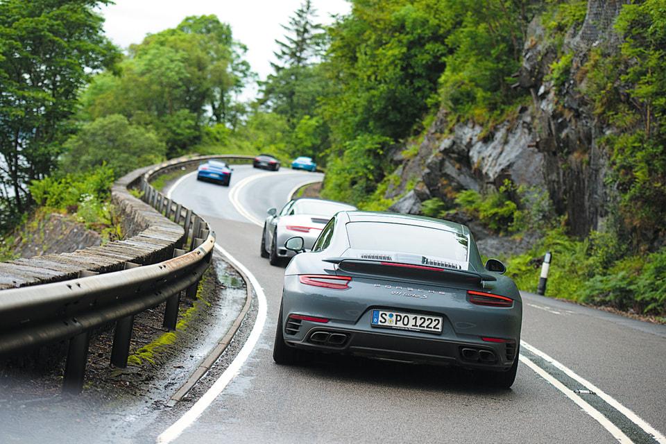 Экспедиция Porsche Travel Club идет колонной по крутому серпантину