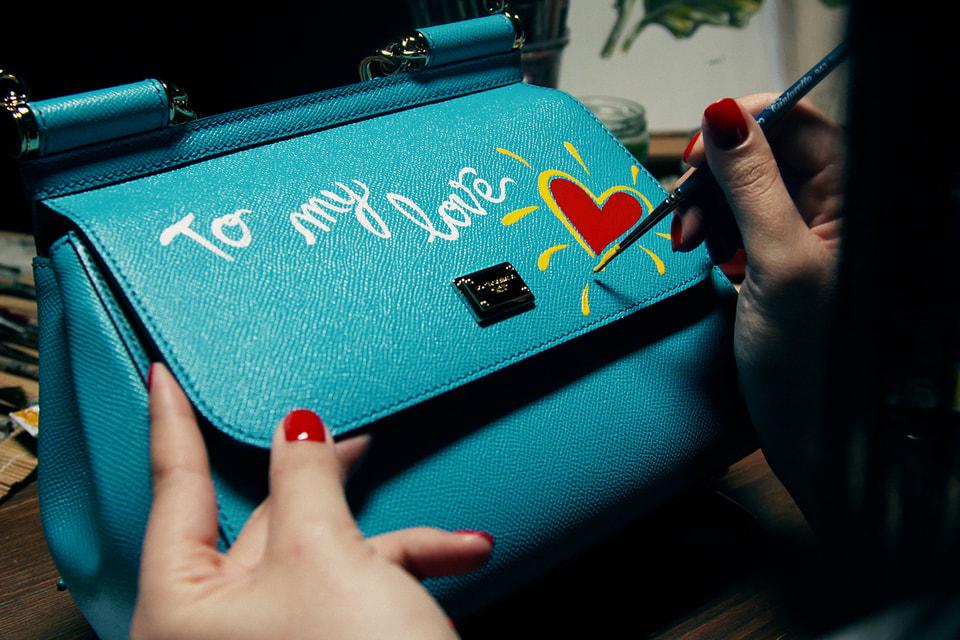 В корнере Dolce & Gabbana в ЦУМе сумку Sicily можно дополнить сердечками и надписями
