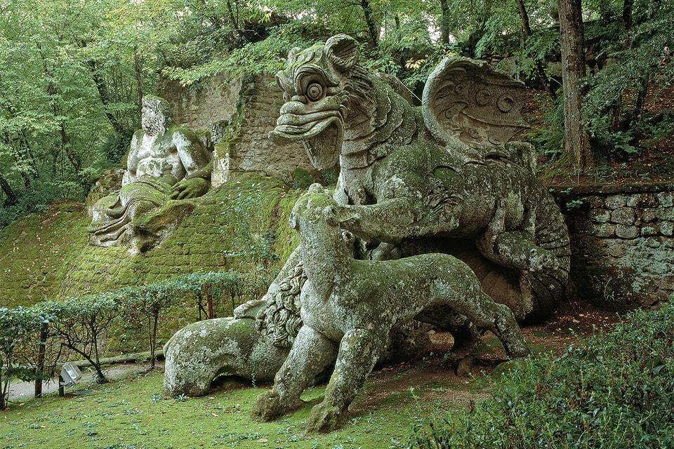 Сад чудовищ, построенный в 1585 г. несколько веков простоял заброшенным. Был открыт для публики только в 1954 г.