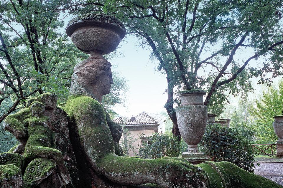Богиня плодородия Деметра  украшает аллею на подступах к замку