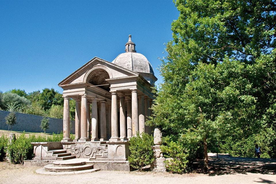Погребальный храм посвящен памяти первой жены Вичино, Джулии Фарнезе
