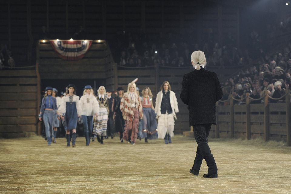 Карл Лагерфельд в финале показа Metiers d'Art 2013/14  Paris-Dallas