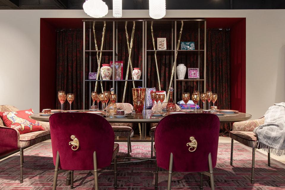 Бархатные стулья Etro Home Interiors украшены мини-скульптурами