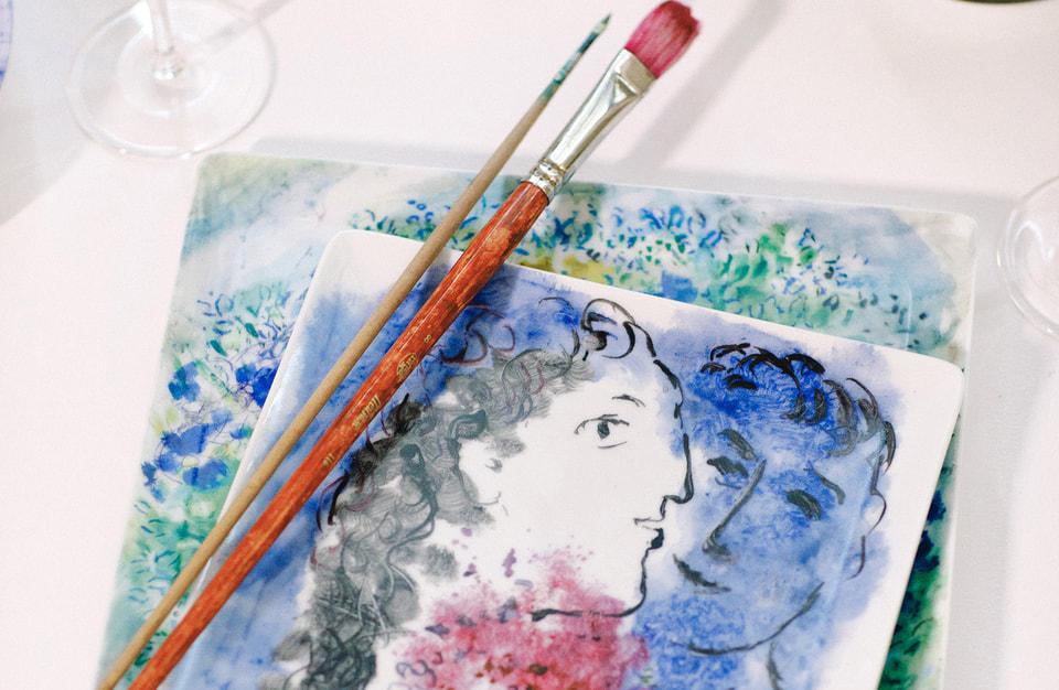 Марк Шагал. «Лицо возлюбленной», 1975.Это изображение, ставшее декором для одного из предметов сервиза Bernardaud, сделано в сложной технике монотипия на старинной японской бумаге