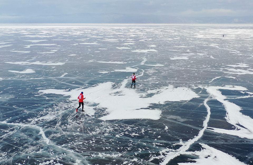 Участникам марафона необходимо преодолеть дистанцию в 42,2 километра по заснеженным льдам Байкала