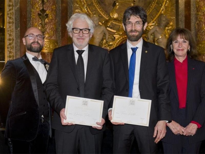 Генеральный директор фонда  Fondazione Cologni Métiers d'Art Альберто Кавалли (слева) с лауреатами конкурса