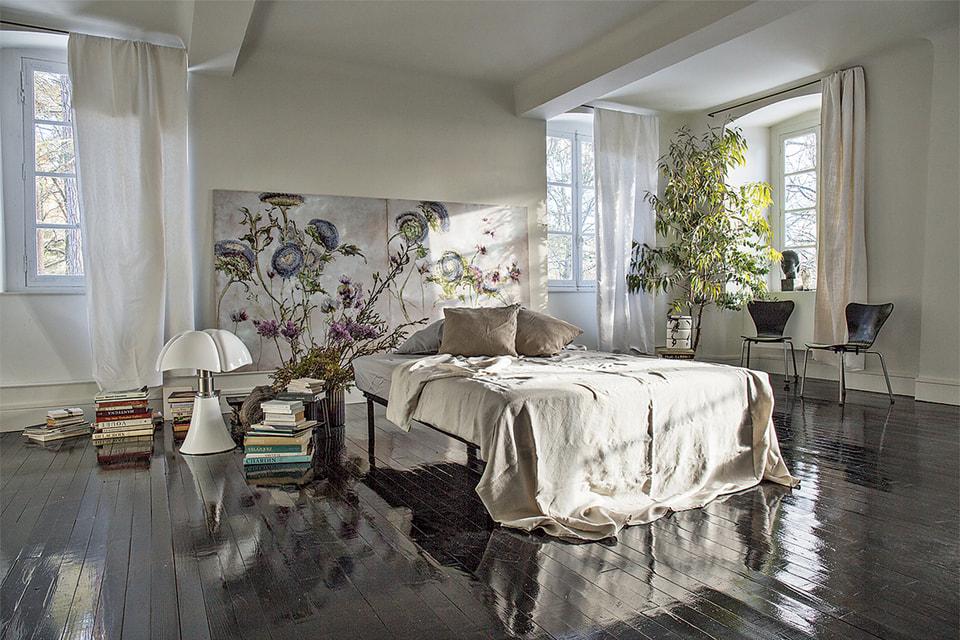 Спальная комната также полна цветов: живых и нарисованных