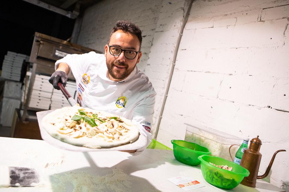 Повар Джузеппе Пелузо готовит лучшую пиццу в Италии, уверяют организаторы московской  Italian week