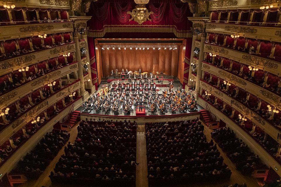 Церемония открытия выставки прошла в этом году в оперном театре Ла Скала. А торжественный ужин состоялся прямо на сцене