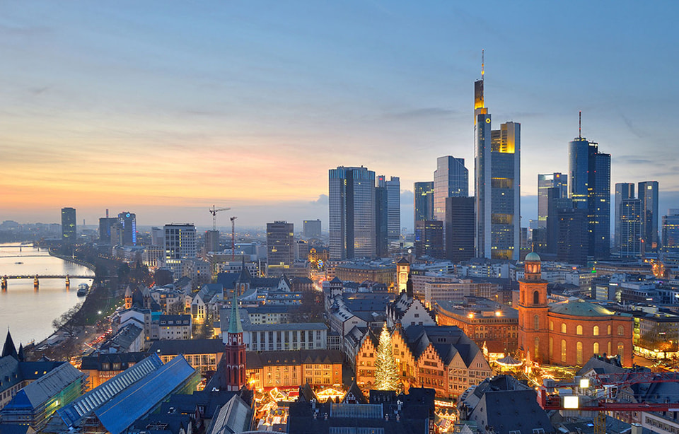 Панорамный вид на деловой и исторический районы Франкфурта-на-Майне