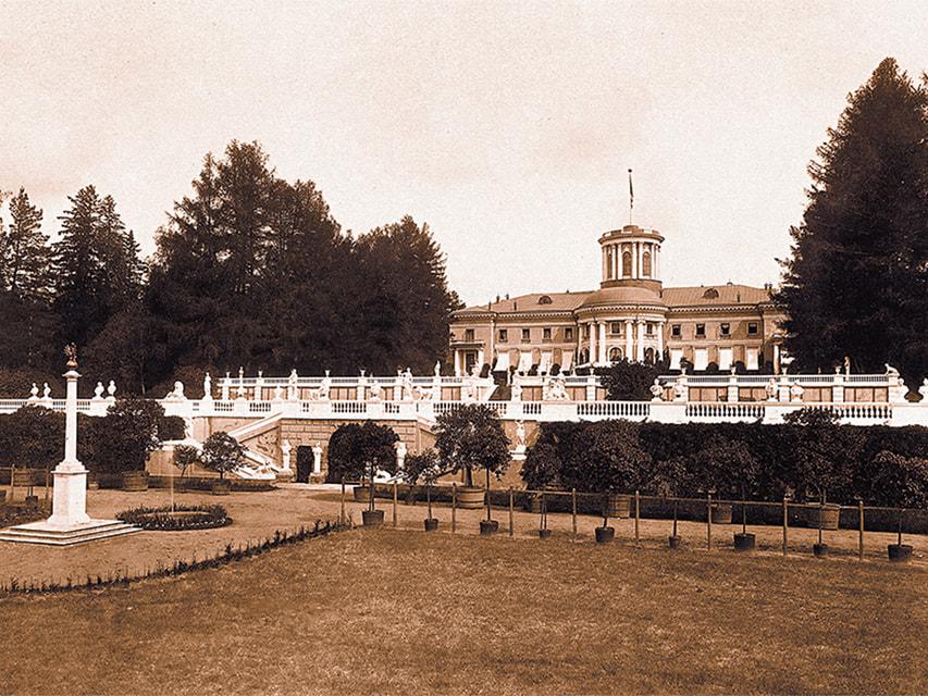 Терраса перед южным фасадом дворца