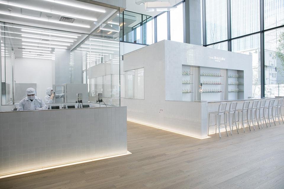 В  бьюти-баре на первом этаже  можно получить полную диагностику от консультанта красоты, а также создать персональное средство по уходу