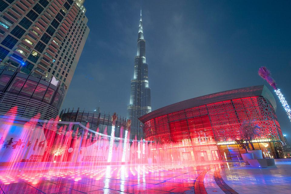Здание Дубайской оперы (справа)