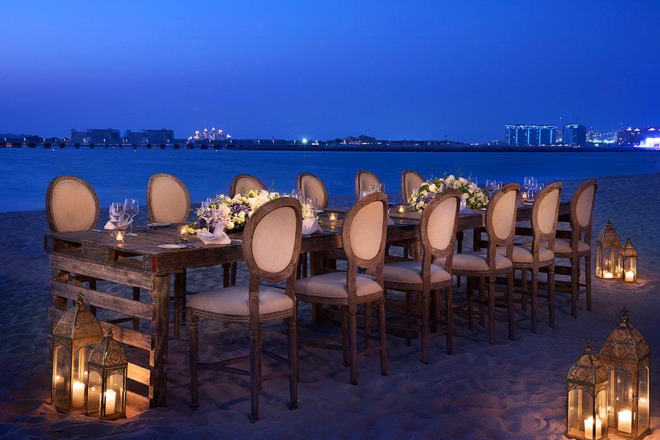 Банкетная площадка с видом на Арабский залив на территории отеля Ritz-Carlton, Dubai