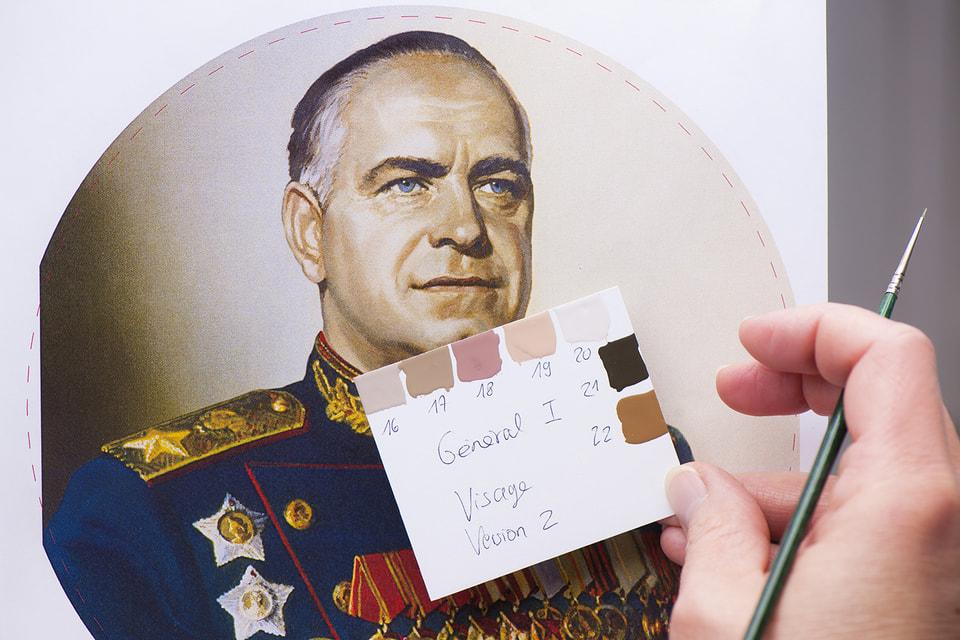 Роспись циферблата часов исполнена вручную  масляными красками, а сам портрет маршала Жукова воспроизведен на перламутре с помощью тончайшей акварельной кисти