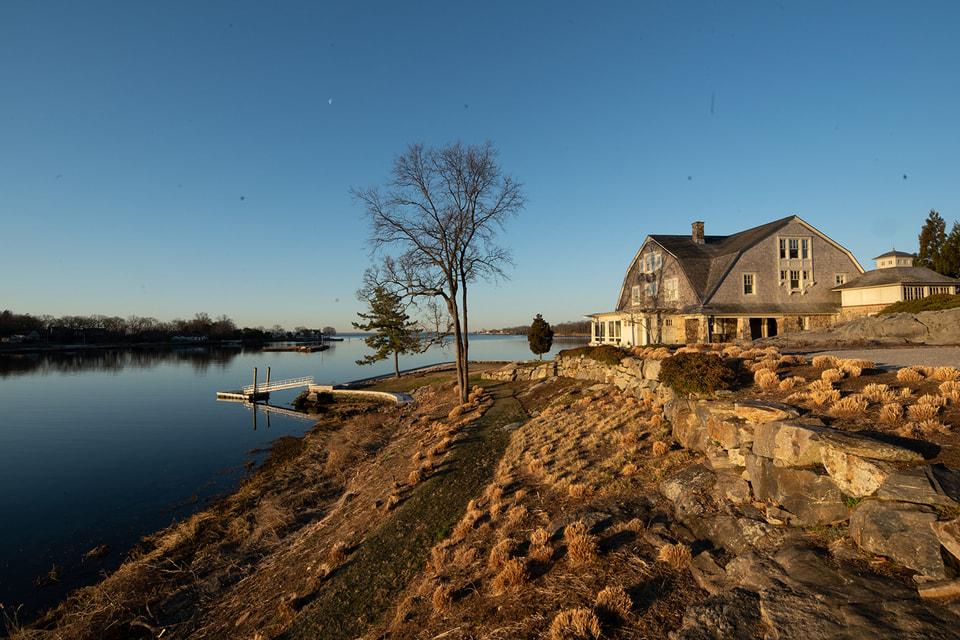 Вид на дом со стороны залива