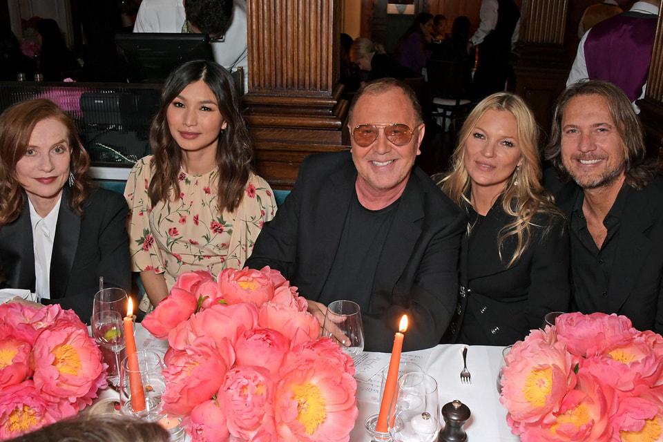 Дизайнер Майкл Корс и его супруг Лансе Леперес с актрисами Изабель Юппер, Джеммой Чан, а также моделью и актрисой Кейт Мосс на открытии бутика в Лондоне