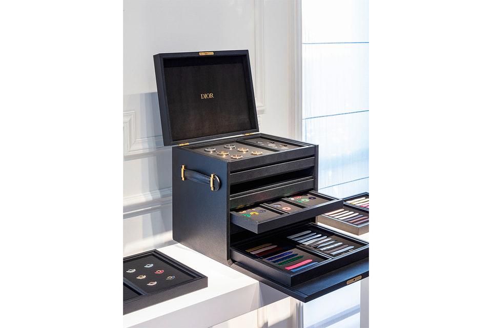 Черная кожаная шкатулка с выдвижными ящиками содержит в себе 200 млн разнообразных вариантов будущих часов Dior Grand Bal Couture