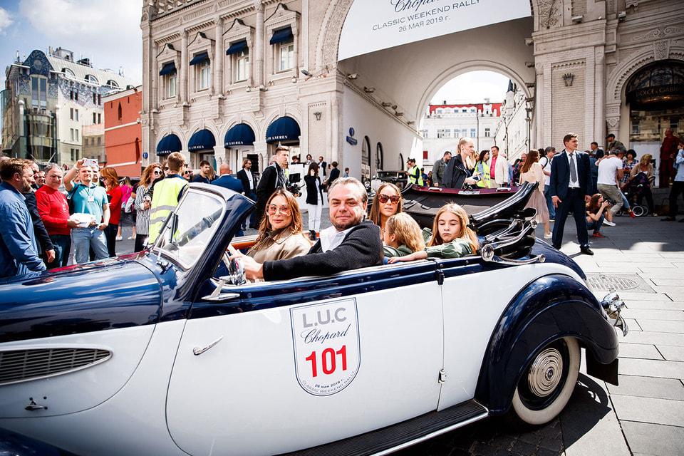 В ралли приняли участие вице-президент компании Mercury, fashion-директор ЦУМа и ДЛТ Алла Вербер и бизнесмен Олег Шелягов на BMW 326 Cabriolet