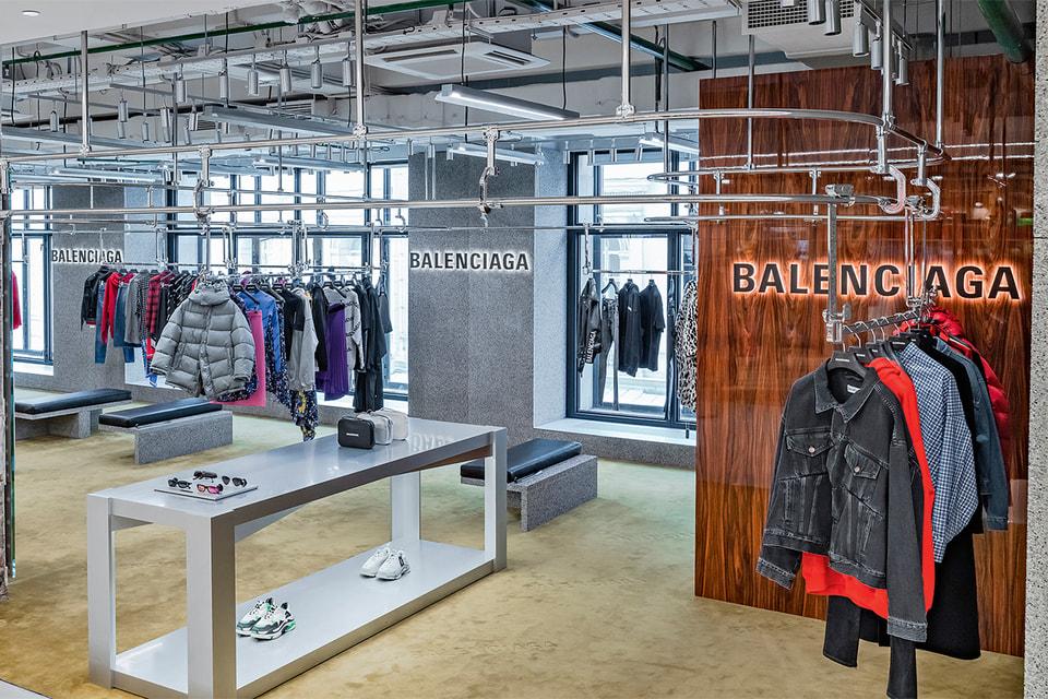 Хайтек-элементы и дерево в пространстве Balenciaga в ЦУМе