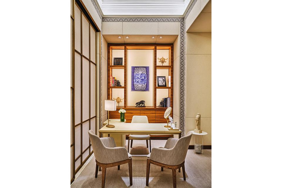 Интерьер бутика Cartier в ГУМе украшен произведениями искусства, связанными с историей Дома